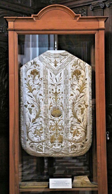 La vetrinetta, nella quale è sistemato il paramento, collocata nella sacrestia del Santuario