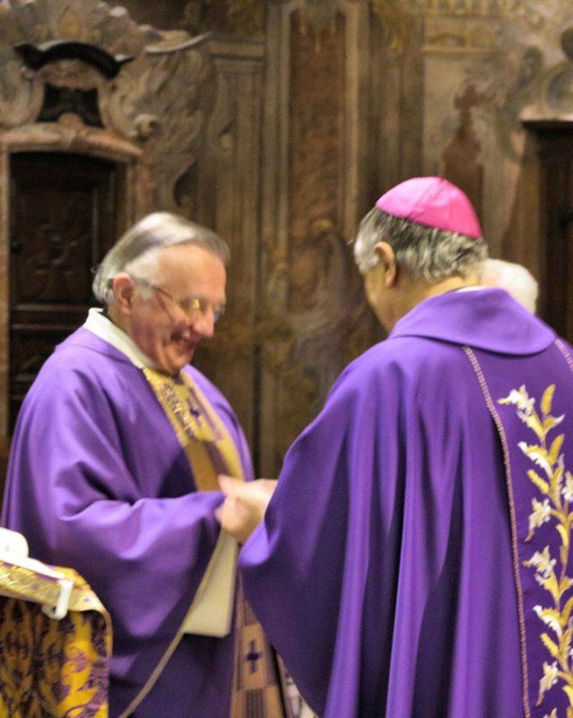 Mons. Mario Piccinelli, Rettore di S. Maria delle Grazie (Brescia) dona la medaglia commemorativa del B. Paolo VI a Mons. Erminio Villa, Rettore del Sacro Monte di Varese