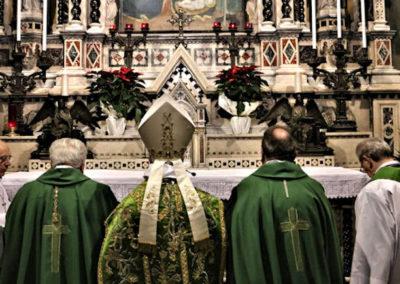 Preghiera presso l'altare del Santuario davanti all'Immagine Sacra della Madonna delle Grazie