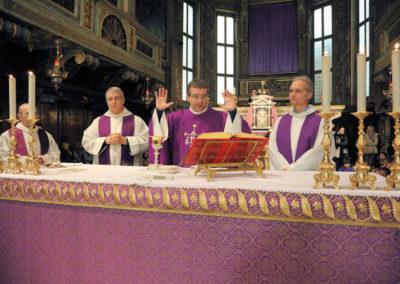 Concelebrano con don Raffaele i Padri Carmelitani di Adro