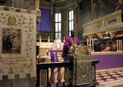 P. Pierre concelebra con il Rettore del Santuario