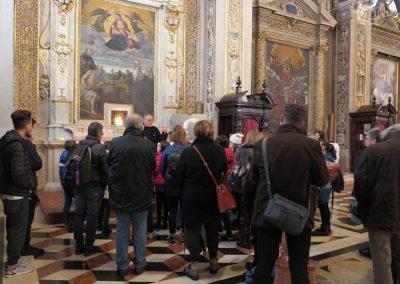Il gruppo presso la reliquia del B. Paolo VI