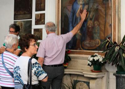 Fedeli in preghiera nel Chiostro