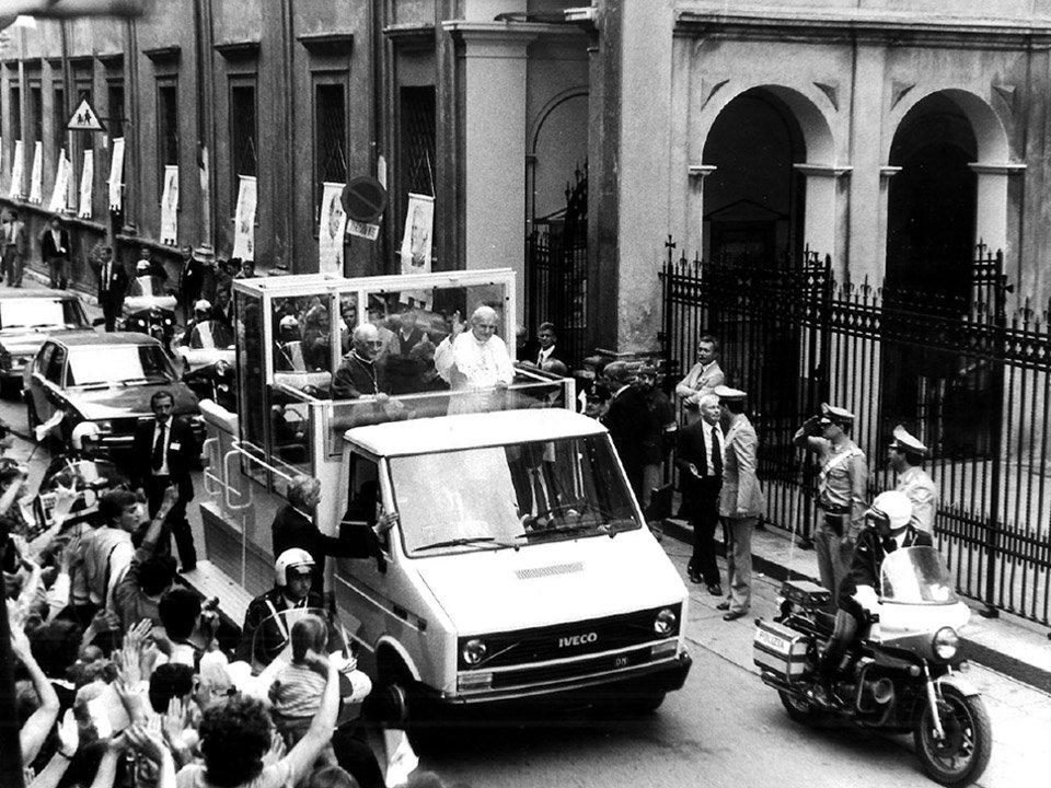 Giovanni PaoloII arriva al Santuario delle Grazie (Brescia1982)