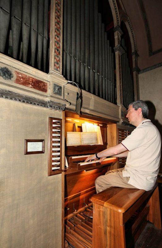 Esecuzione di un brano musicale da parte dell'organista del Santuario