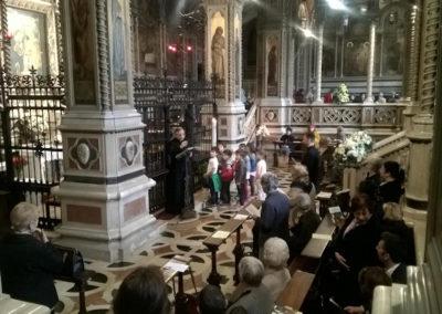 Momento di preghiera all'inizio del percorso verso la Porta Santa della Cattedrale